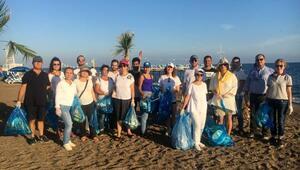 Lara Plajı ve çamlık alanı temizlediler