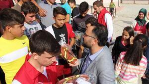 Bakan Kasapoğlu, okullara spor malzemesi gönderdi