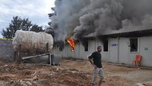 İnşaat işçilerinin kaldığı prefabrik yatakhaneler yandı