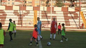 Futbolun efsaneleri, Hatay'da çocuk ve gençlerle buluştu