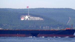 Gövdesi hasarlı gemi, Çanakkale Boğazından geçti
