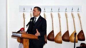 Bakan Selçuk, okullar bağlama ve piyano dağıtımını Karstan başlattı