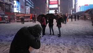 New Yorktaki kar fırtınası etkisini arttırdı