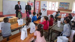Müşteriler de destek verdi köy çocuklarına kırtasiye paketleri ulaştırıldı