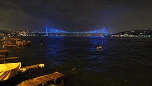 Fotoğraf Ek//İstanbulda Köprüler ve Galata Kulesi maviye büründü Ek