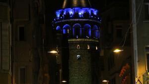 İstanbulda Köprüler ve Galata Kulesi maviye büründü