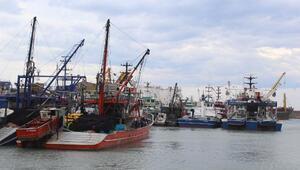 Karadenizdeki gemiler fırtına öncesi İnebolu Limanına sığındı