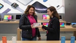 Yeni iPhone satışa çıktı, ilk o aldı