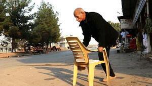 Plastik sandalyeyi baston gibi kullanıyor