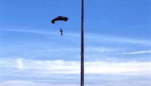 Stadyumun aydınlatma direğinden paraşütle atladı