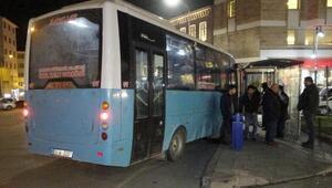 Freni boşalan halk otobüsü durağa daldı: 4 yaralı