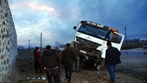 Tokatta hafriyat kamyonu, otomobile çarptı: 3 yaralı