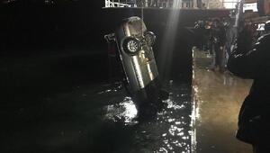 Otomobil denize düştü, 2 kişiyi balıkçılar kurtardı