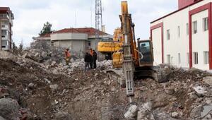 Yıkım sırasında üzerine beton parçalar düşen işçi yaralandı