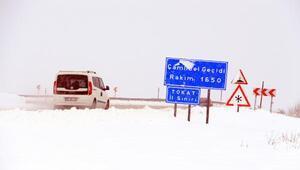 Tokatta kar yağışı ulaşımı aksattı