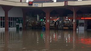 Adana'da sağanak; otogar su altında kaldı