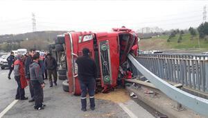 TIR yan yattı Trafik kilitlendi