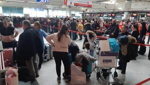 Atatürk Havalimanında tatil dönüşü yoğunluğu... uzun kuyruklar oluştu