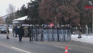 Protesto için yürüyen gruba jandarma engeli