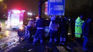 Refüj ve ağaca çarpan otomobil üçe bölündü: 2 yaralı