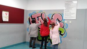 Okul duvarlarına grafiti dokunuşu
