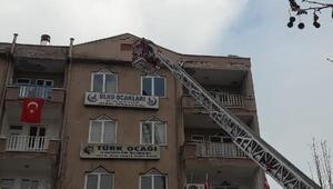 Çatıdan başına sıva parçası düşen genç kız yaralandı