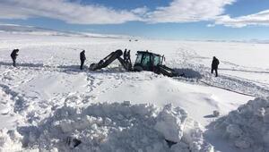 İş makinesinin tekerleri, donan Çıldır Gölünde buza saplandı