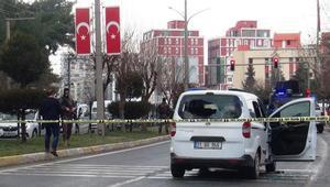 Kırmızı ışıkta bekleyen araca silahlı saldırı: Ölü ve yaralılar var
