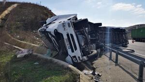 Kuzey Marmara Otoyolunda TIR devrildi, malzemeler yola saçıldı