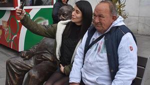 Karşıyaka tribünlerinin simgesiydi, 50 yıldır oturduğu banka heykeli yapıldı