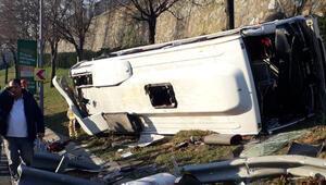 İstanbulda servis midibüsü devrildi... Çok sayıda yaralı var