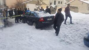 Çatıdan düşen kar kütlesi 8 aracı kullanılamaz hale getirdi