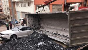 Kağıthane'de hafriyat kamyonu yük boşaltırken otomobilin üzerine devrildi