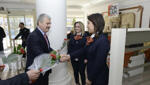 Vali Akın, Kadınlar Gününde kadın personele karanfil dağıttı