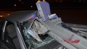 Bariyere ok gibi saplanan otomobil sürücüsü yaralandı
