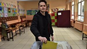 İlk kez oy kullanmanın heyecanını yaşadı