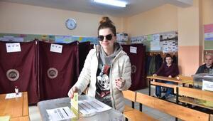 Oyuncu Pelin Karahan ve eşi Bedri Güntay oylarını kullandı