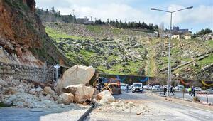 Mardinde kara yoluna dev kayalar düştü