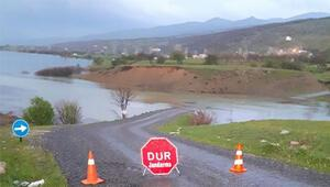Köprü su altında kaldı... Öğrenciler okula gidemiyor