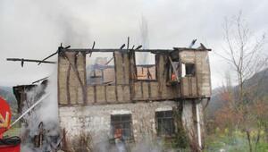 İneboluda ahşap ev yandı