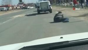 Polis aracından düşen zanlı kaçtı
