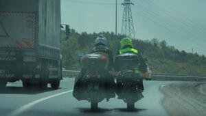 Motosikletlilerin tehlikeli yardımlaşması kamerada