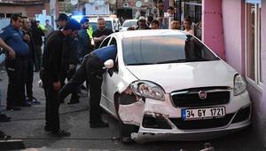 Otomobille 3 polisi yaraladı, bacağından vuruldu, yaralı olarak kaçtı