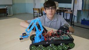 Lise öğrencisinden el hareketiyle kontrol edilebilen bomba imha robotu