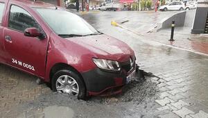 Esenyurtta yol çöktü, taksi çukura düştü