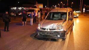 Hafif ticari araç ile otomobil çarpıştı: 3 yaralı
