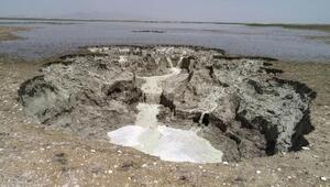 Akgölün kenarında obruklar oluştu