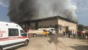 Kilim ve battaniye fabrikasında yangın: 2 itfaiye eri yaralandı