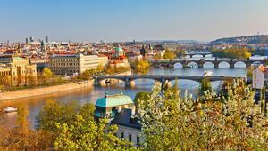 Haziranda Prag Ihlamurlar altındaki Ortaçağ güzeli...