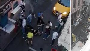 Beyoğlunda eğlence mekanı çıkışı tekme tokat kavga kamerada